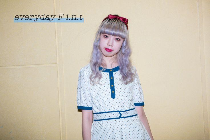 『everyday F i.n.t』フレンチシックに憧れて、フィントと春の10日間 -day6- 《ドット柄のフレアワンピースを主役にしたレトロな装い》  普段から素材感や色合いにこだわり、ガーリーなスタイリングを得意とする文化服装学院ファッション流通科の梅田古都さん。ヴィンテージからもインスピレーションを得ているフィントの洋服は、ヴィンテージが大好きな梅田さんの好みとマッチして、実際に何点も洋服を所持しているのだそう。  http://soen.tokyo/fashion/everyday/fint170406.html