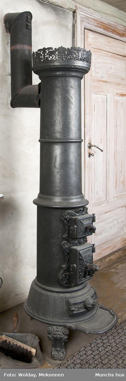 Smådjevler mellom askeskuff og brennskuff (djevelhode) mellom fabeldyr og blomsteroppsatser.