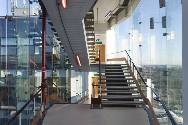 The educational buildings of the University of Derby in UK have undergone a major refurbishment to give them modern appearance. The staircase between two buildings is constructed with Pilkington Planar™ structural glazing system consisting of single glazed 12 mm Pilkington Optifloat™ Clear tied back to 15 mm glass fins.