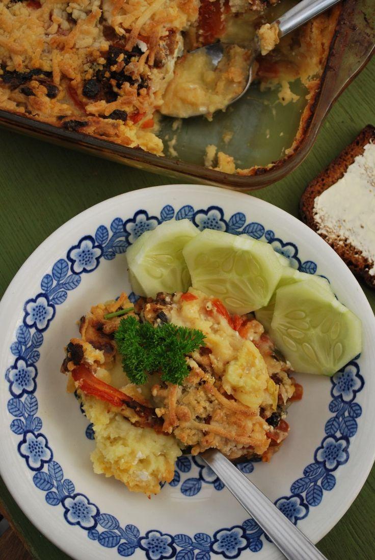 (neljälle) – 8 pienehköä perunaa – 2 pientä kesäkurpitsaa – 4 tomaattia – 2 purkkia kaurakermaa (4 dl) – 1½ dl härkäpapurouheseosta (Verso) – 1 sipuli – 3-4 valkosipulinkynttä – 1-2 rkl soijakastiketta – grillimaustetta – suolaa – pippuria – öljyä (soijajuustoraastetta) Keitä perunat ja valmista perunamuusi käyttämällä purkillinen kaurakermaa. Mausta muusi suolalla ja tarkista...