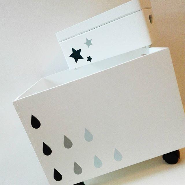 Niebiańskie klimaty :-) Kropelki deszczu czy gwiazdki? #pokojdzieciecy #kidsinterior #kidsroom #skrzyniedrewniane #skrzynianazabawki #boxfortoys #przechowywanie #zabawkidladzieci #toys #stylskandynawski #scandinaviandesign #gwiazdka #stars #deszcz #rain