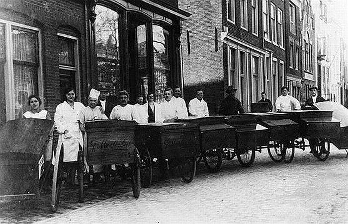Nieuwegracht 125 | Jaren 30 | De bakkers van Bakkerij Moolenbeek gaan al weer vroeg op pad!