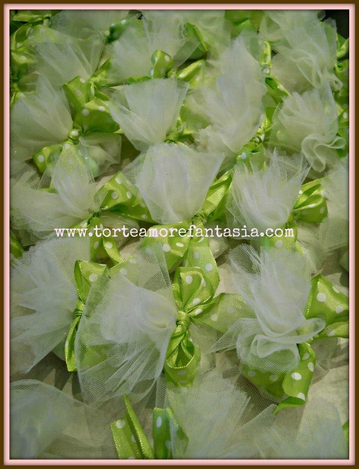 sacchetti in tulle bianco porta confetti con nastro a pois verde acido. www.torteamorefantasia.com
