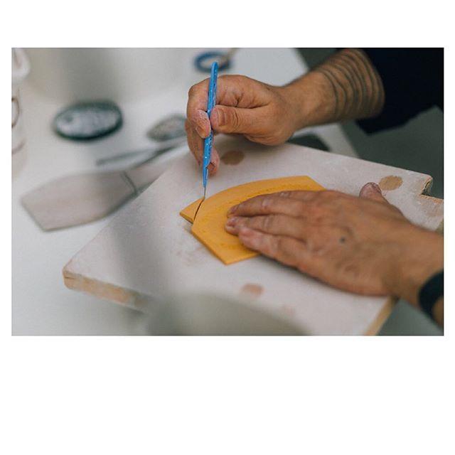 🙌🏻 🍶  En souvenir de notre voyage en Puisaye dans l'atelier d'Eric Hibelot, artisan d'art. Un super moment que l'on partage avec vous sur nousparis.com. Encore merci @erichibelot de nous avoir ouvert tes portes ! #nous_paris #erichibelot #découverte #artiste #ceramiste #france #meetthemakers #alarencontredesartisans .