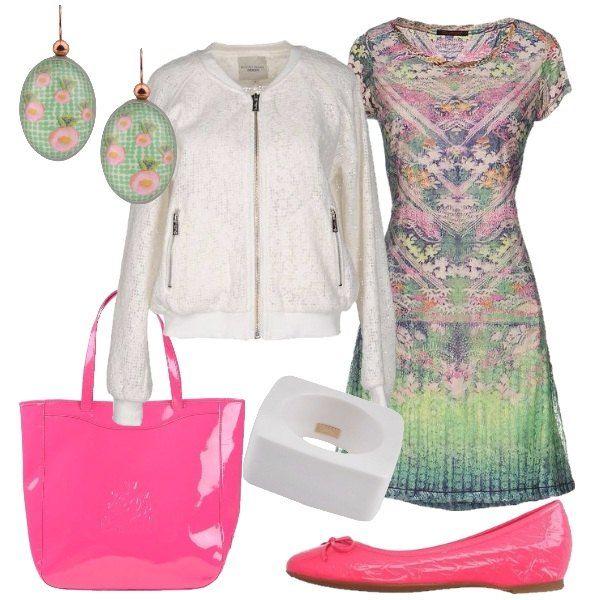 Floreale e colorato questo abbinamento di vestitino corto più bomber leggero di pizzo. Scarpe e borsa danno un tocco vivace di rosa acceso. Un look da giorno per una passeggiata.