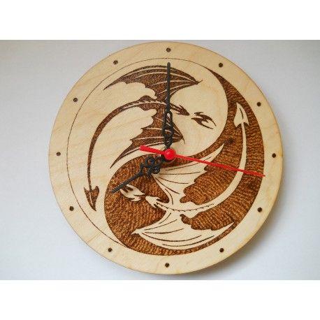 Fából készült 18cm átmérőjű falióra, amire Trónok harca sárkányailettek pirogravírozva Jin-jang alakban.