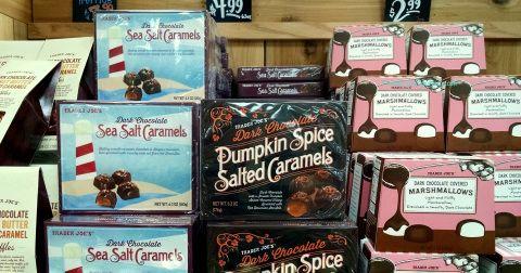 Trader Joe's Dark Chocolate Pumpkin Spice Salted Caramels 176g $4.99 トレーダージョーズ ダークチョコレート パンプキンスパイス ソルトキャラメル 限定バージョーン トレーダージョーズの店内
