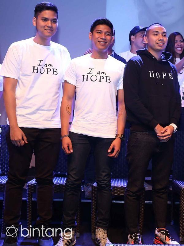 Rayi, Asta, dan Nino yang tergabung dalam grup RAN didapuk sebagai pengisi original soundtrack film 'I am Hope'. Tak perlu waktu lama bagi RAN untuk membuat lagu berjudul 'Nyanyian Harapan'. Sekitar 2 minggu usai mendapatkan pengarahan, lagu ini sudah siap menjadi pengiring film yang bercerita tentang penderita kanker tersebut. #RAN #BandIndonesia #NyanyianHarapan #Bintang #Indonesia