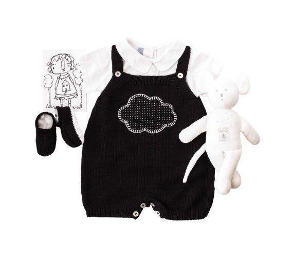 Une tenue de salopette de beau bébé tricoté avec des souliers mignons, en noir et blanc. Un nuage sucré pour une bébé fille ou un garçon. 100 % coton.  PRÊT à être expédier taille 3 mois.  nouveau-né - 19-21 po (48-54 cm) 6-8 livres (2,8 à 4 Kg) 1-3 mois - 21-24 po (54-62 cm) 8-13 livres (4 - 6 Kg) 3-6 mois - 24-26,5 po (62-68 cm) 13-17 livres (6 - 8 Kg)  Toutes les pièces sont tricotées au point une machine vintage. Les petites chaussures sont faites main. Tous les détails et la finition…