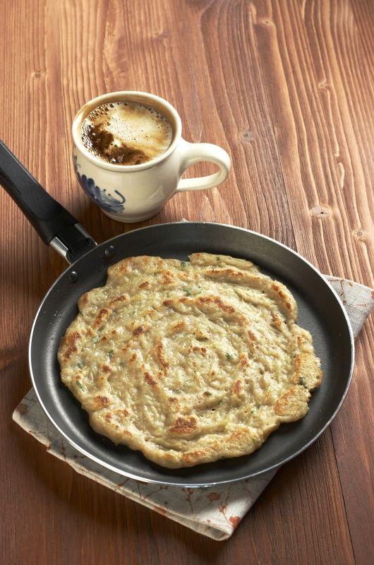 Ingredience: brambory 1 kilogram, mouka celozrnná 7 lžic (nebo i trochu více), mléko 1 šálek, bílek 2 kusy, olej 2 lžíce, majoránka 1 lžíce (čerstvá, nakrájená, nebo 1 lžička sušené), česnek 2 stroužky, kmín 1 špetka (drcený), pepř černý (mletý), sůl.