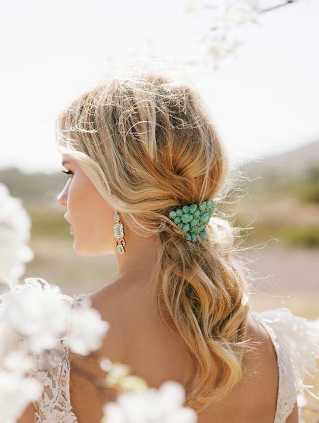 INSPIRATION : LA QUEUE DE CHEVAL BASSE - Attacher vos cheveux à la va-vite pour un effet brouillon des plus charmants. L'accessoire qui retiendra la queue de cheval n'est pas à négliger.