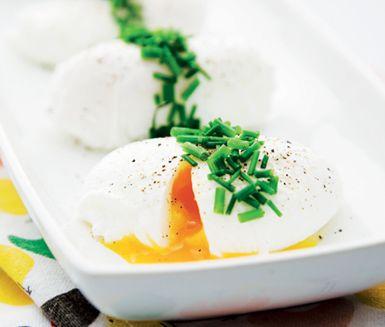 Du lyxar till påsklunchen genom att duka fram pocherade ägg som hela familjen kommer att uppskatta. Äggen får av tillagningen en behaglig smak och konsistens och toppat med grann gräslök blir äggen vackra att servera.