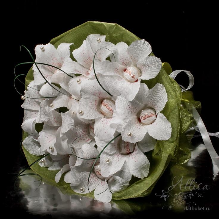 Букет из конфет с цветами лилиями