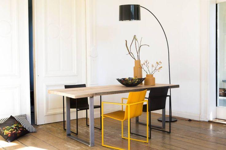 Houd je van een industriele look, dan is deze tafel een aanwinst voor je huis! Het extra dikke blad van 5 cm vormt een stoer en robuust contrast met het slanke onderstel van ruw staal.
