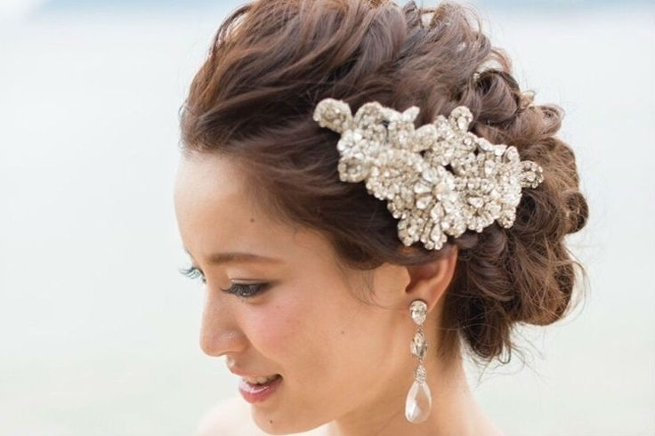 花嫁の最新ヘアカタログをスタイリストがご提案♪おおきめのビジューをつかったヘアアレンジでゲストの視線を集めちゃいましょう!ゴージャスなものから可憐なものまで、花嫁を美しく着飾るヘアアレンジ5選をお伝えします!