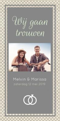 Trendy staande trouwkaart met stippenachtergrond, mooie foto van jullie samen en een grijs kader. Deze trouwkaart is gemaakt door Koningkaart.