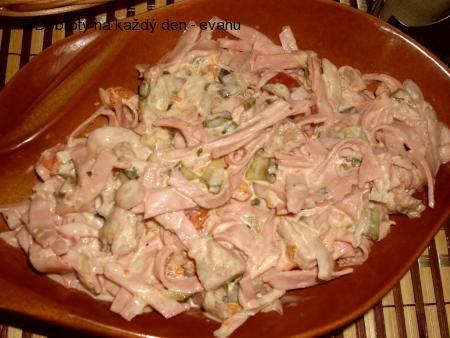 Salát z měkkého salámu.