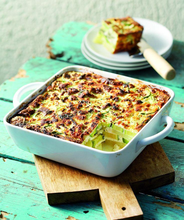 Η ομελέτα με πατάτες στον φούρνο είναι ένα ελαφρύ αλλά πολύ χορταστικό γεύμα, που γίνεται ακόμη πιο νόστιμο με τα κολοκυθάκια και τον ανθότυρο. Την ετοιμάζετε εύκολα και τη σερβίρετε με μία σαλάτα εποχής