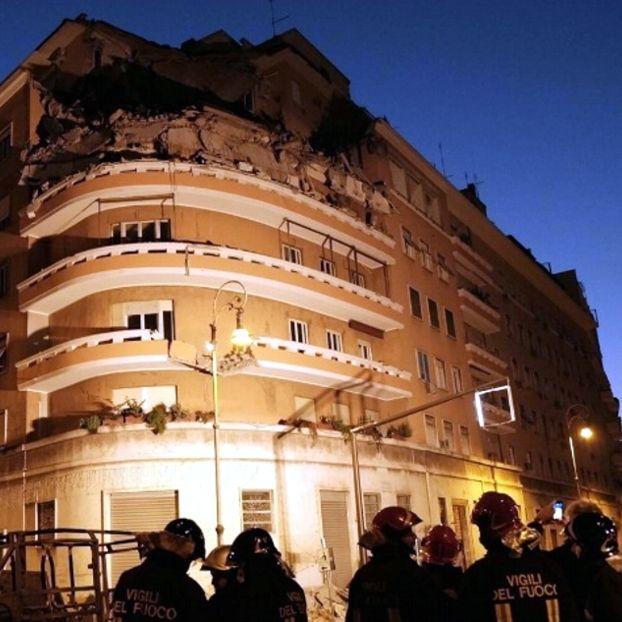 Tre piani di un palazzo sul lungotevere Flaminio sono crollati la scorsa notte a Roma. Lo stabile era stato evacuato dai vigili del fuoco intervenuti sul posto in seguito alla segnalazione a mezzanotte e mezza di un'inquilina di un appartamento all'ultimo piano dello stabile