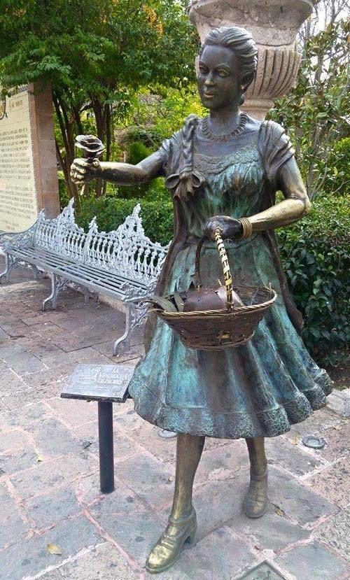 """""""La Vendedora de Flores""""  Plaza San Marcos.  Aguascalientes.  México."""