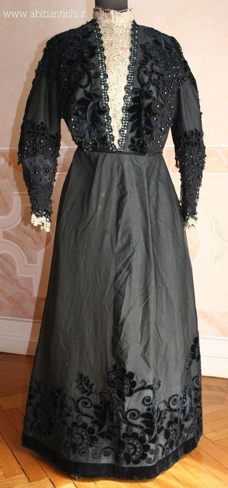 Abito in due pezzi (corpino e gonna) in seta nera con applicazioni in velluto di seta dello stesso colore. 1905 ca