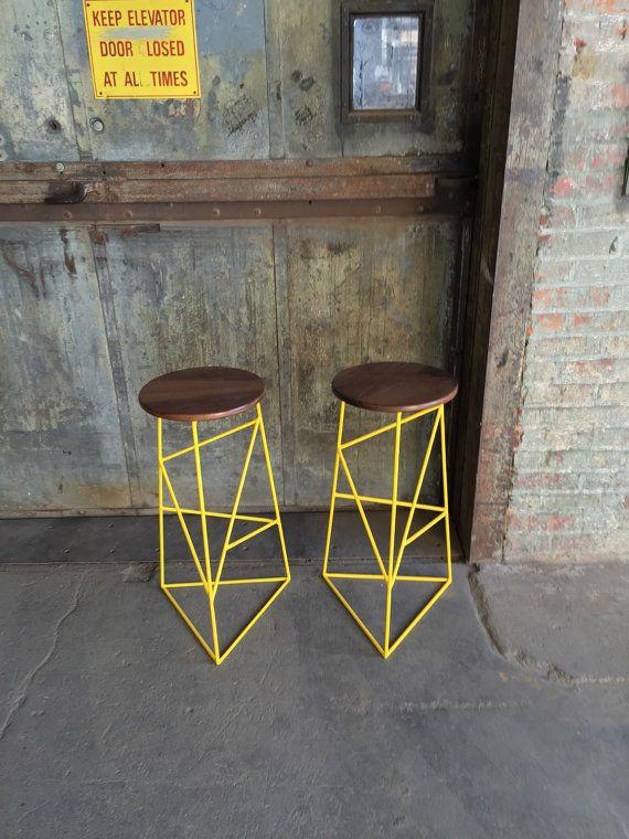 He encontrado este interesante anuncio de Etsy en https://www.etsy.com/es/listing/220169039/modern-steel-stool-with-walnut-seat