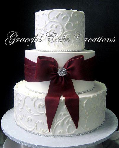 Elegante weiße Buttercremehochzeitstorte mit burgunderfarbener… | Flickr   – Wedding