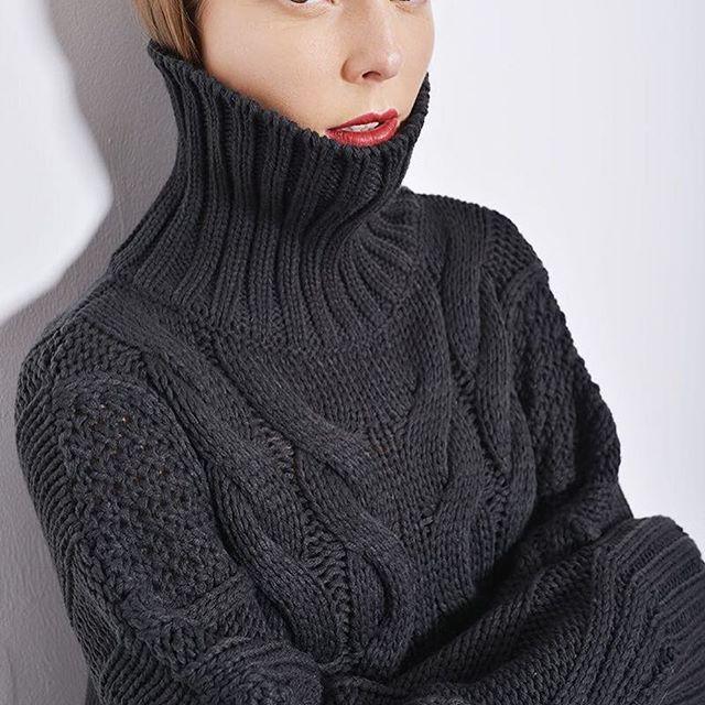 Объёмный свитер графитового цвета с высокой горловиной. 😻 Свитер: 7480₽ / 35% хлопок, 30% шерсть, 10% полиамид, 25% акрил, (хаки, графитовый, горчичный), one size  Seasons Store, Рубинштейна 26