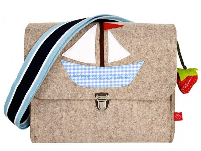Ahoi! Kindergartentaschen sind nicht nur schön, sondern auch praktisch. So war die Idee einer Kindergartentasche mit dem Motiv Boot naheliegend ...