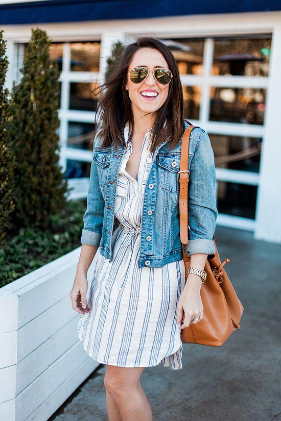 Egy ingruha és egy farmerdzseki tökéletes párost alkot. (Persze egy pilóta szemüveg sem árt mellé...)