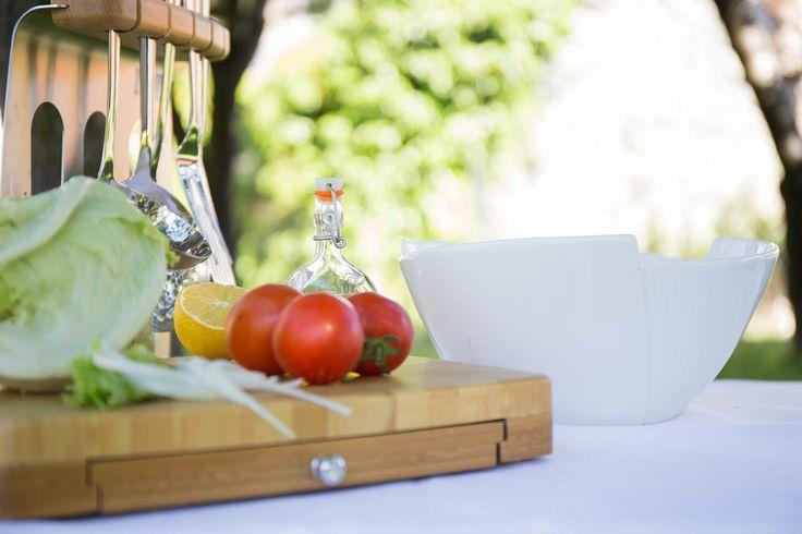 Prepara la comida con las herramientas adecuadas, una buena tabla, una fuente para guardar los productos cortados y los utensilios que necesites para cocinar.