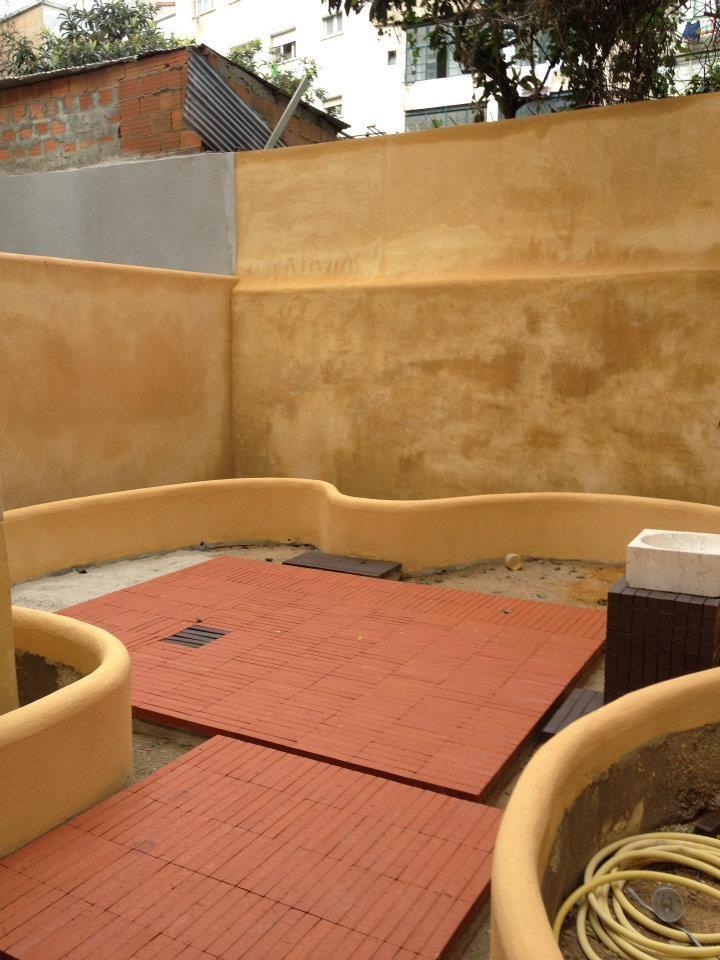 Reboco com argamassa de Cal colorada, com Óxido de ferro e Óxido Amarelo Metálico.  http://www.facebook.com/profile.php?id=100001076880914