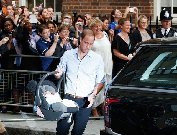 Guillermo, Duque de Cambridge, saliendo de la maternidad con su hijo en un portabebés de Britax