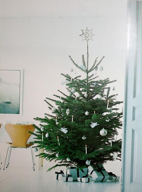 enkelt pyntet juletre - georg jensen julestjerne