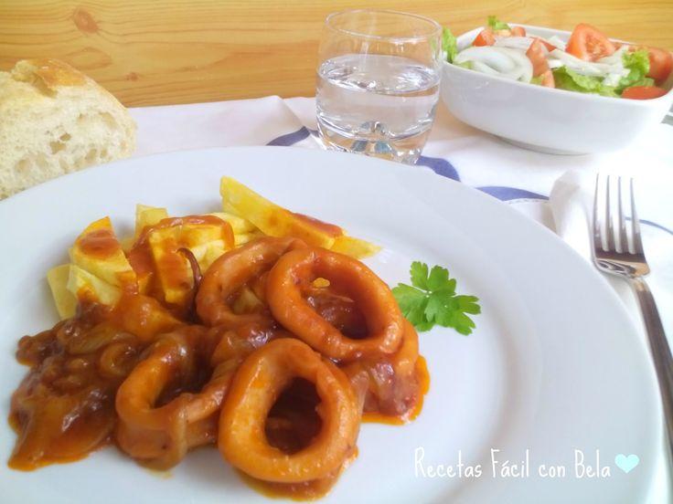 Calamares encebollados con una salsa de tomate todo bien guisado.