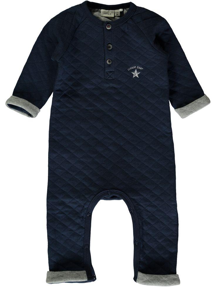 Bodysuit - kruippakje NITJAKE van het merk Name-it Dit is een blauw kleurig kruippakje zonder voeten. Effen pakje met op de borst een grijze ster met de tekst :Little star Voorzien van een een drukknoop sluiting op de schouder en tussen de benen.