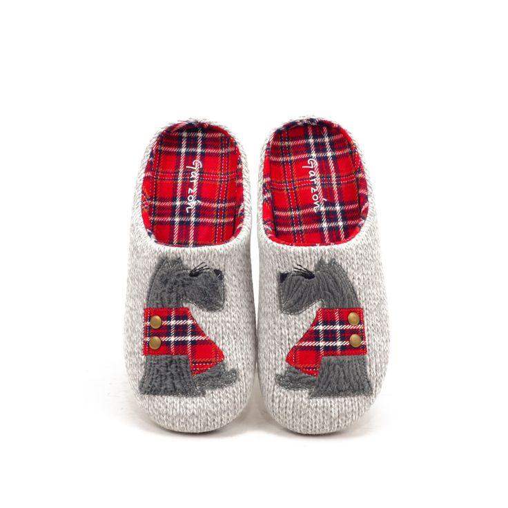 Zapatilla de casa con tejido de punto, perro y cuadro escocés. Zapatilla original con suela de goma antideslizante y muy flexible, con plantilla extraíble.