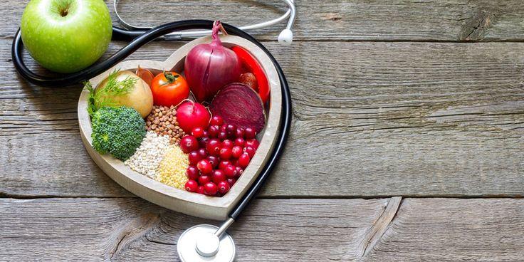 """Het is gevaarlijk en we krijgen er hart- en vaatziekten van. """"Welnee,"""" zegt arts, onderzoeker en cardioloog in opleiding Remko Kuipers. """"Alleen als het chronisch hoog is, loop je risico."""" Alles over wat cholesterol doet met ons lichaam. Hoog of laag cholesterol. Wat is het eigenlijk? """"Cholesterol heeft een slechte naam. Maar we kunnen niet…"""