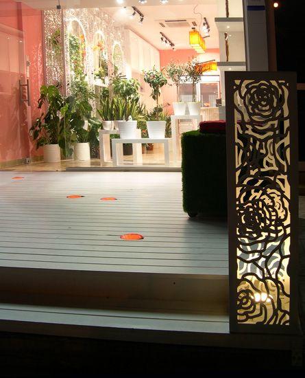 Ξύλινο λευκό πάτωμα. με ενσωματωμένα φωτιστικά στον εξωτερικό χώρο ανθοπωλείου. Δείτε περισσότερα έργα μας στο  http://www.artease.gr/interior-design/emporikoi-xoroi/