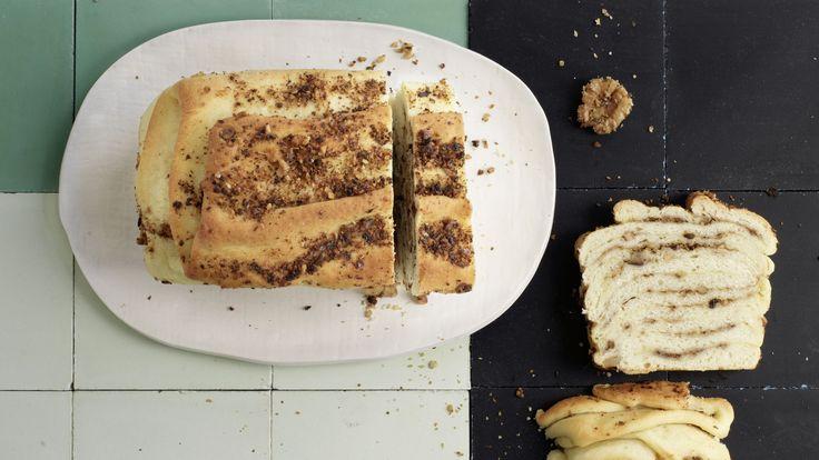 Salzgebäck, mit dem sich genüsslich auf den Herbst anstossen lässt: Apéro-Baumnuss-Cake aus Hefeteig mit Olivenöl statt Butter, Steinpilzen und Honig.