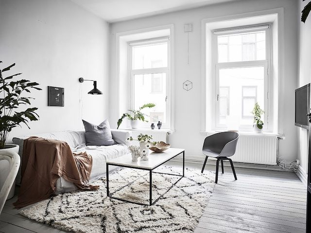 Sitting room in a Swedish oasis with a warm and inviting touch / Entrance - photo Anders Bergstedt.
