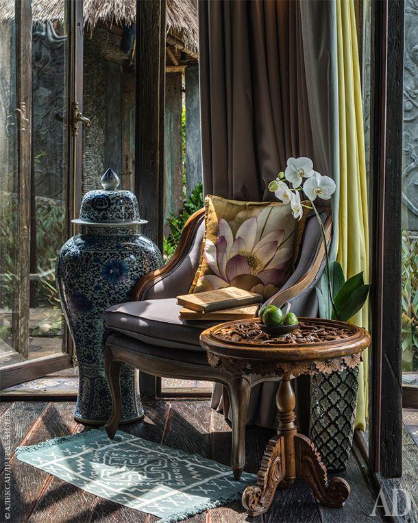 Китайская ваза была найдена в антикварной лавке в Куала-Лумпуре. Кресло куплено в английском магазине на Бали. Резной столик из местной лавки зеркальщика.