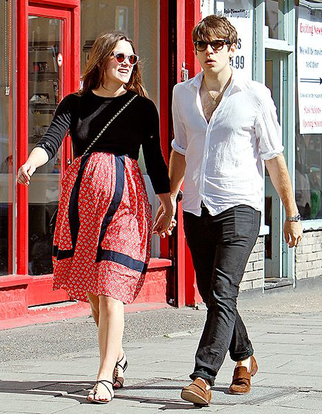 Springing Into Style Keira Knightley Rocks Her Baby Bump
