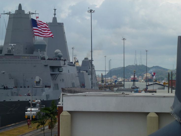Panamà - American warship is crossing The Panama Chanal