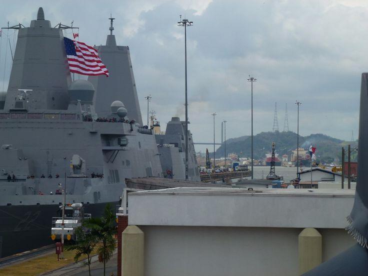 Panamà - American warship is crossing The Panama Chanal