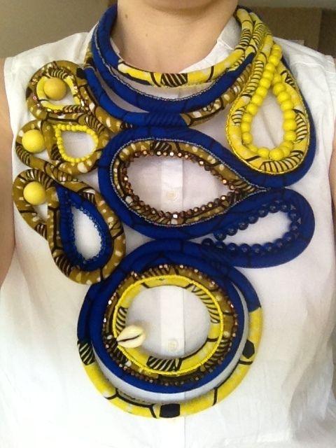 Et voilà après deux mois et de nombreuses aiguillées, il est enfin terminé ! Inspiré par une créatrice parisienne Toubab Paris que je suis de manière addictive, ce collier est fait à partir d'une corde d'escalade recouverte de tissus comme elle l'avait...