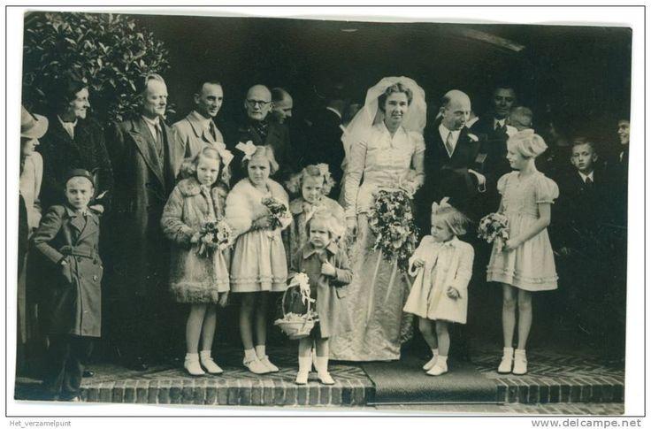 Beatrix en Irene (in bontjasjes) en Margriet (in witte jasje rechts naast bruid) ca. 1947