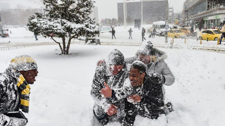 FRIO POLAR. Europa sufre una ola de frío, con temperaturas polares que causaron diez muertos en Polonia, paralizaron bajo la nieve a Estambul y dejaron en Moscú la Navidad ortodoxa más fría en 120 años.(REUTERS/AFP/EFE/AP) MIRA LA FOTOGALERIA HD