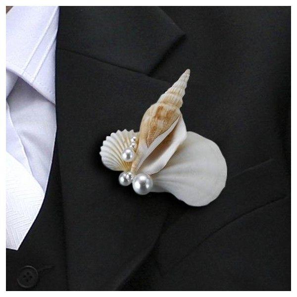 Questo elegante e particolarissimo fiore all'occhiello è realizzatocon una conchiglia  in resina con perline color argento e dispone di un utile perno nella parte posteriore.  Unico nel suo genere questo accessorio di nozze donerà all'abito dello sposo e dei  testimoni un tocco tipicamente estivo, originale ed elegante.  Misure: 7 cm.