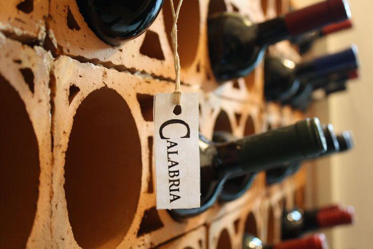 I VINI DELLA CALABRIA  Con questo articolo inauguriamo una nuova rubrica del blog dedicata alle eccellenze dell'enologia calabrese. Parleremo ovviamente di vino, presenteremo le cantine più importanti ed i vini migliori della Calabria, scopriremo le realtà più innovative e quelle più fedeli alla tradizione, analizzeremo i casi di successo e le campagne di marketing.